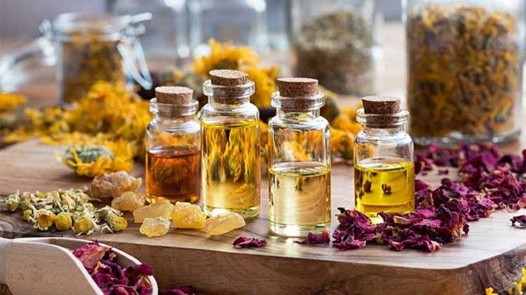 aceites-esenciales-puros-flores-botellas