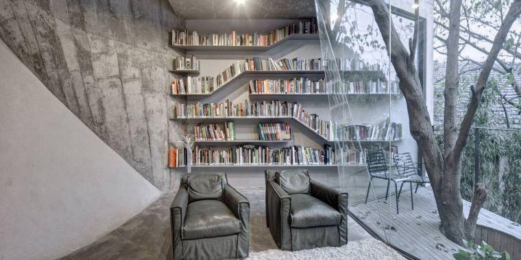 biblioteca en casa gris
