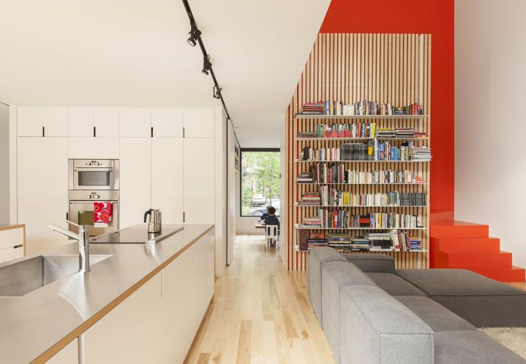 biblioteca en casa modesta