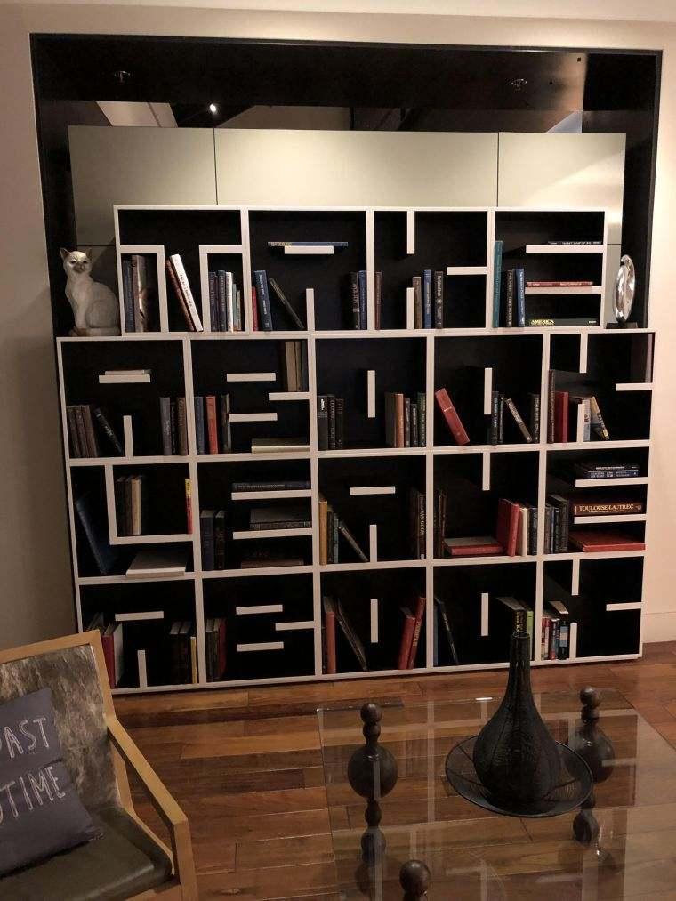biblioteca en casa sobria