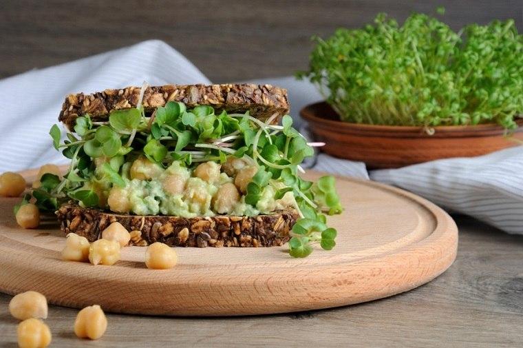 desayunos-rapidos-y-saludables-comer-bocadillo-guacamole
