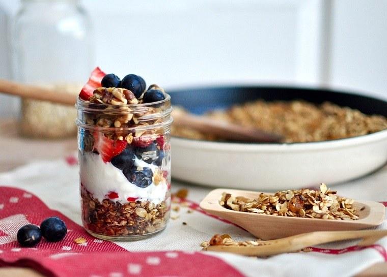 desayunos-rapidos-y-saludables-comer-cereales-granola