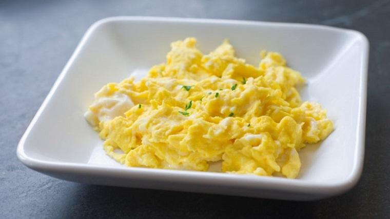 Desayunos rápidos y saludables comer-huevos-revueltos