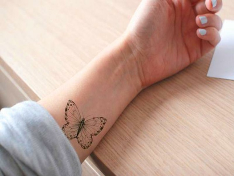 mano-diseno-tatauje-mariposa-estilo