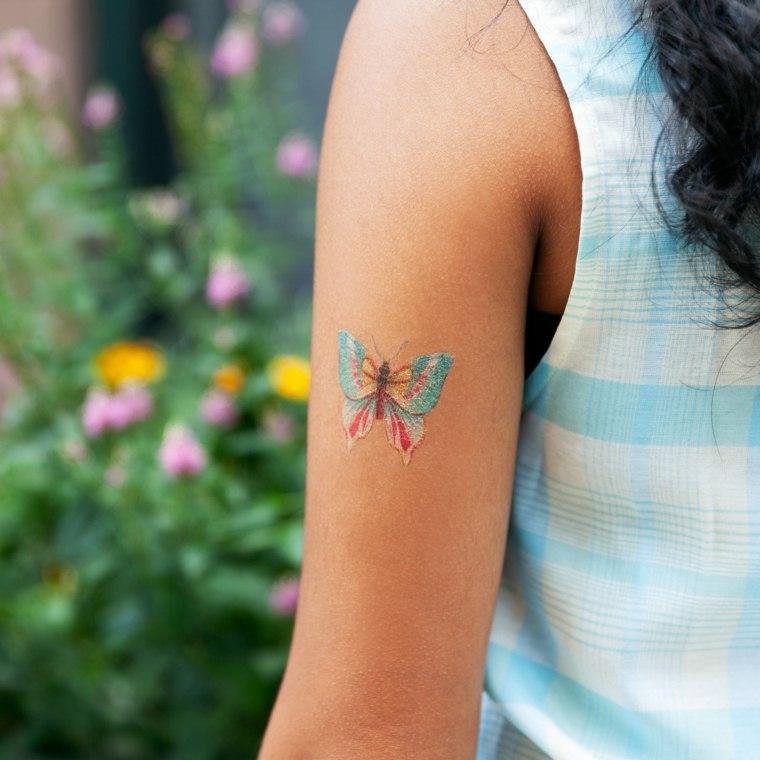 tatuaje-brazo-mujer-diseno-colorido