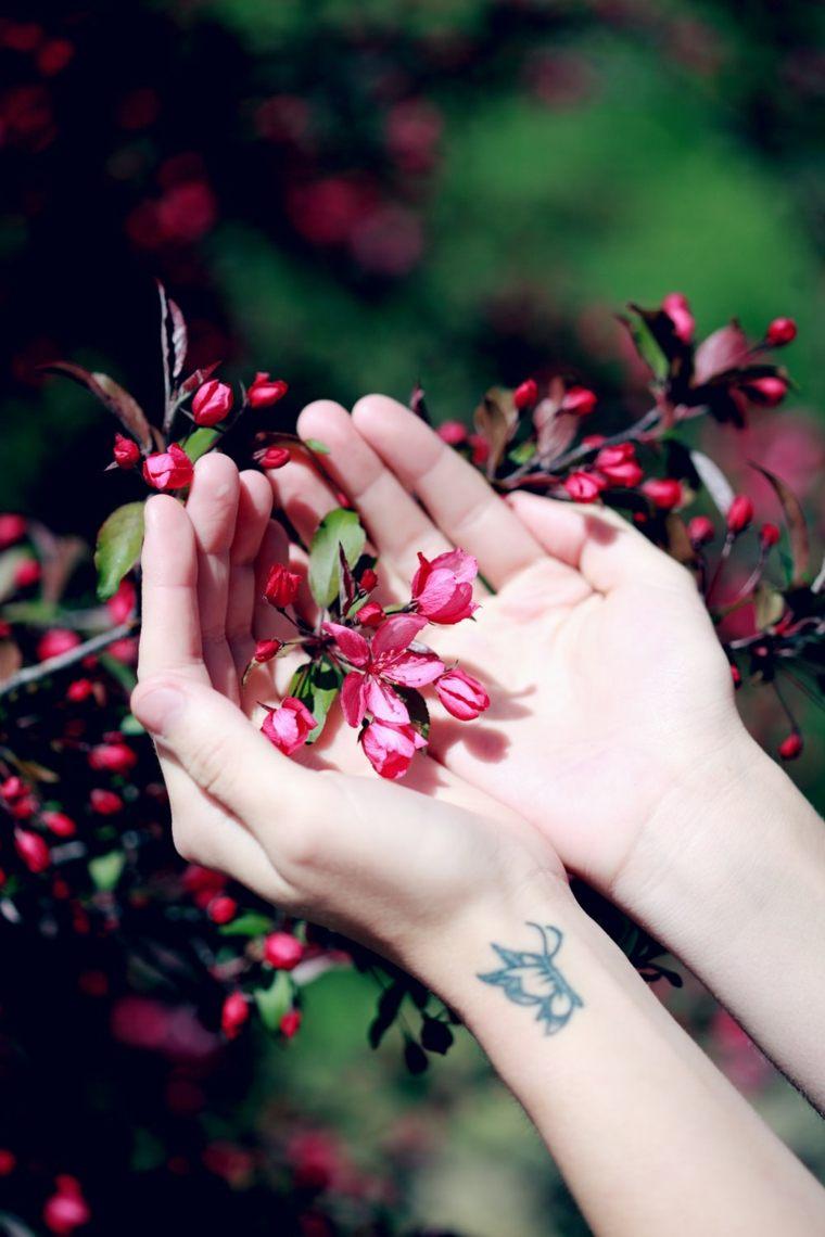 tatuaje-mano-petalos-flores-rosa