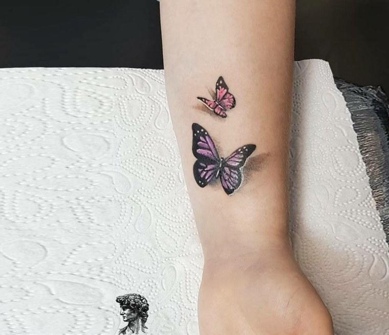 tatuaje-significado-libertad-mujer-tattoo-mano-color