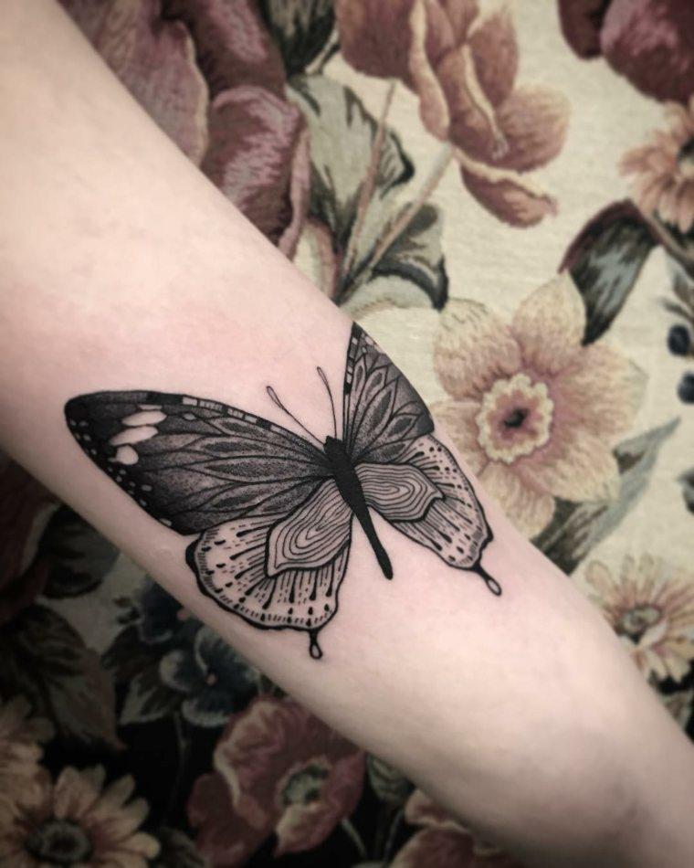 tatuajes-de-mariposas-grandes-brazo-chica