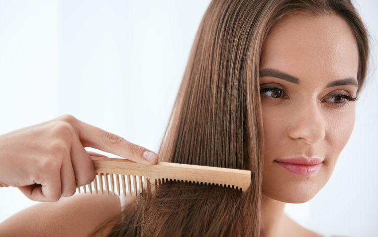 vitaminas para el cabello peinado