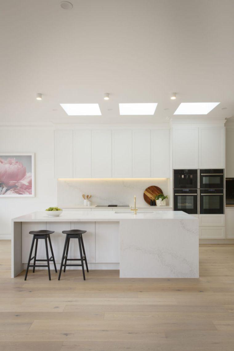 cocina-amplia-isla-blanca-estilo-2020