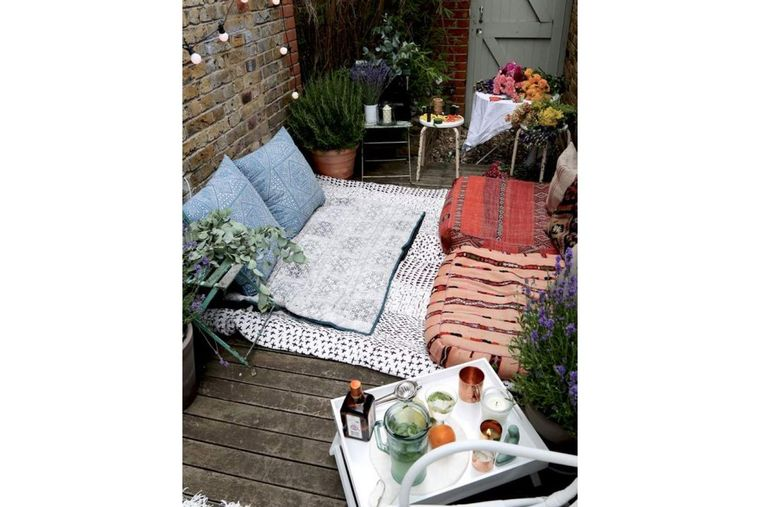 decorar balcón pequeño cojines piso