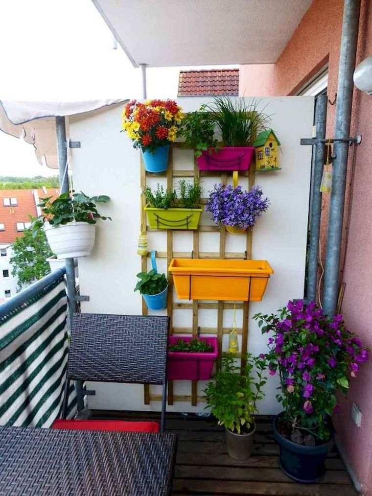 decorar balcón pequeño macetas colores