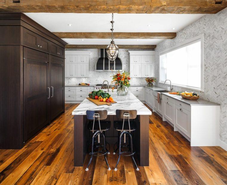 Cocinas con vigas de madera para un aire rústico en el espacio moderno