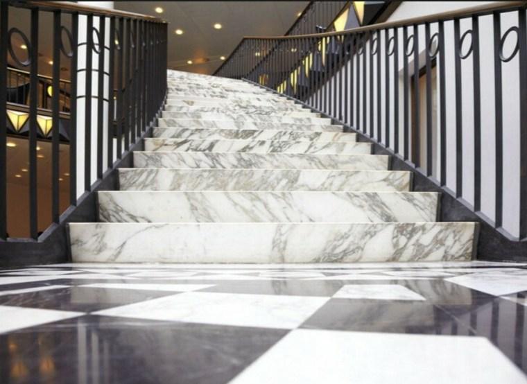Bonita escalera de mármol