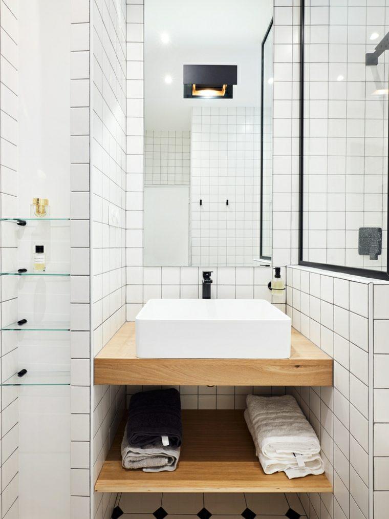 Cuarto de baño de estilo moderno con azulejos blancos