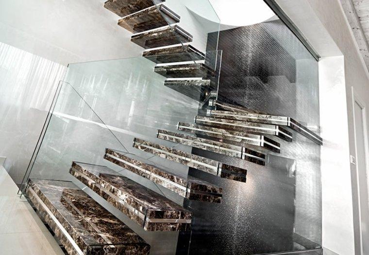 Bonita escalera de mármol flotante