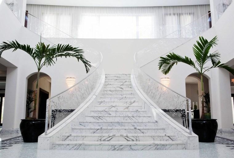 Interior lujoso con escaleras de mármol blanco