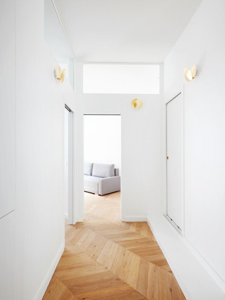 Pasillo blanco muy bien iluminado