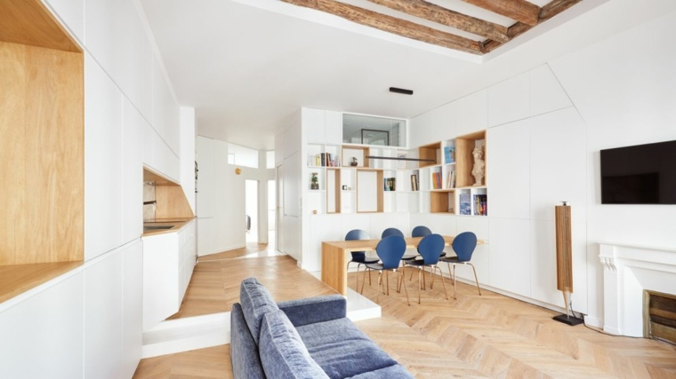 Sala de estar con cocina, mesa de comedor y chimenea