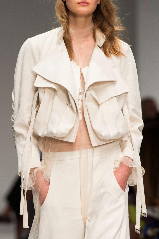 La ropa de las mujeres de hoy está diseñada para adherirse al cuerpo, lo que a veces hace que sea difícil incluir bolsillos