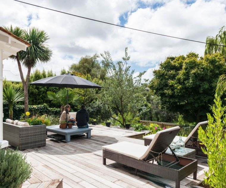 ideas-para-decorar-jardines-2020-madera-suelo