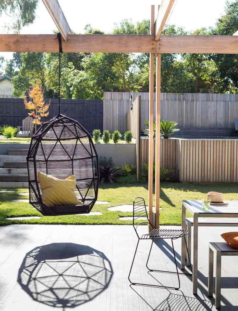 ideas para decorar jardines 2020-silla-colgante