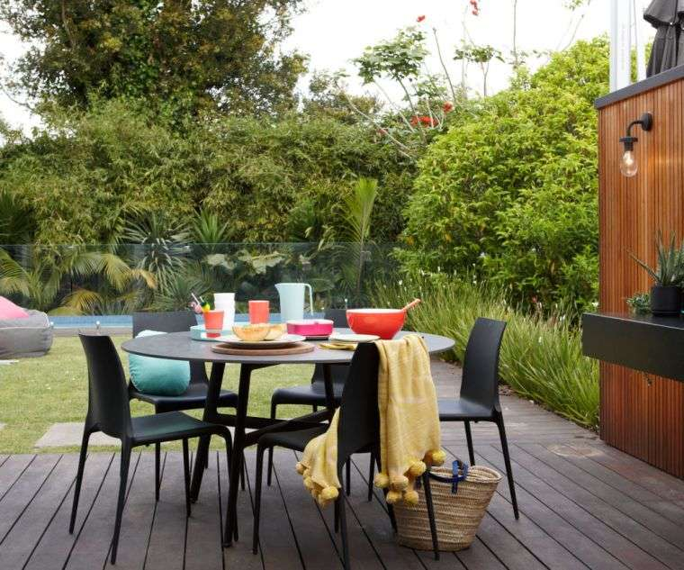 ideas para decorar jardines 2020-sillas-negras
