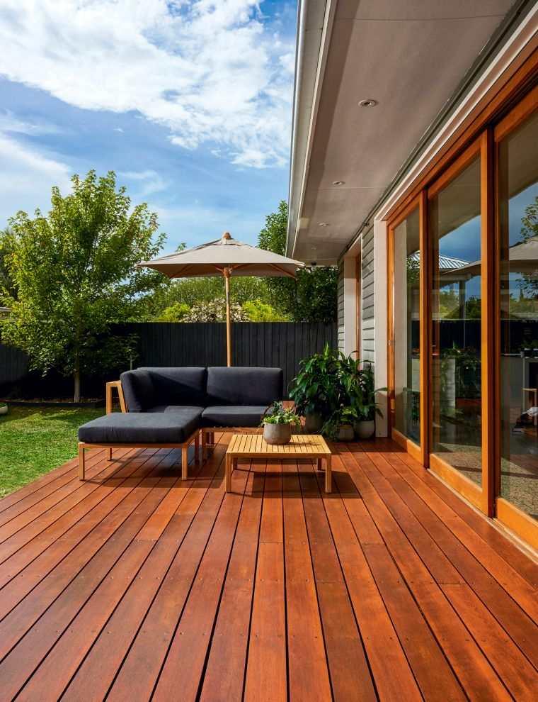 ideas-para-decorar-jardines-2020-suelo-madera