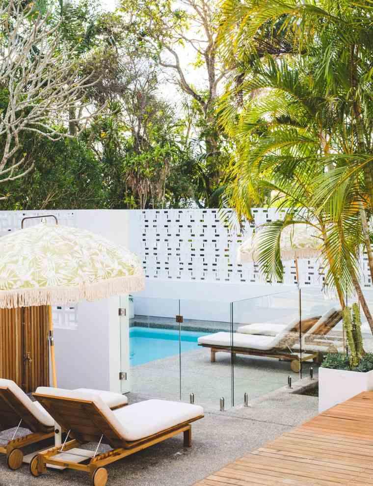 ideas-para-decorar-jardines-2020-tumbonas