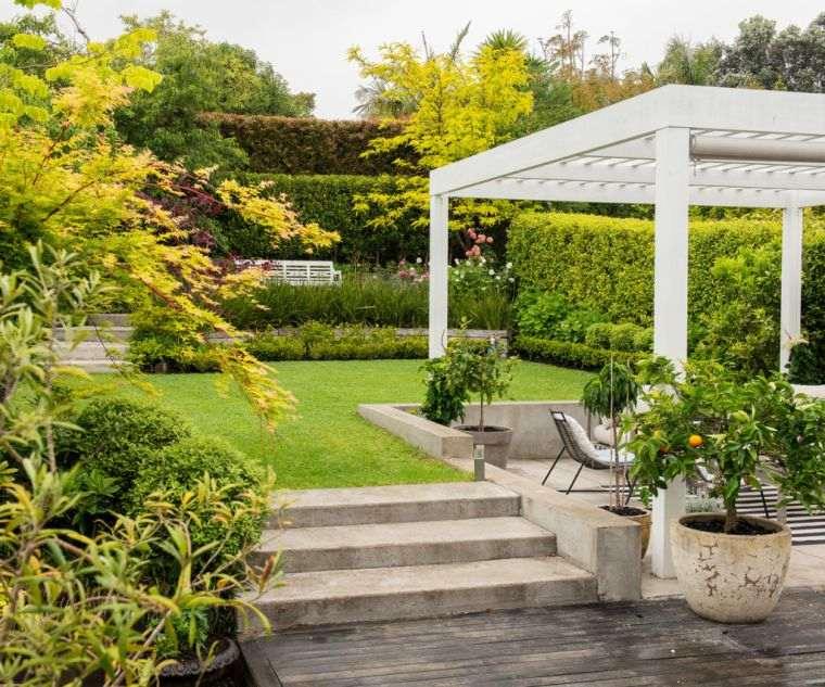 ideas-para-decorar-jardines-pergola-blanca