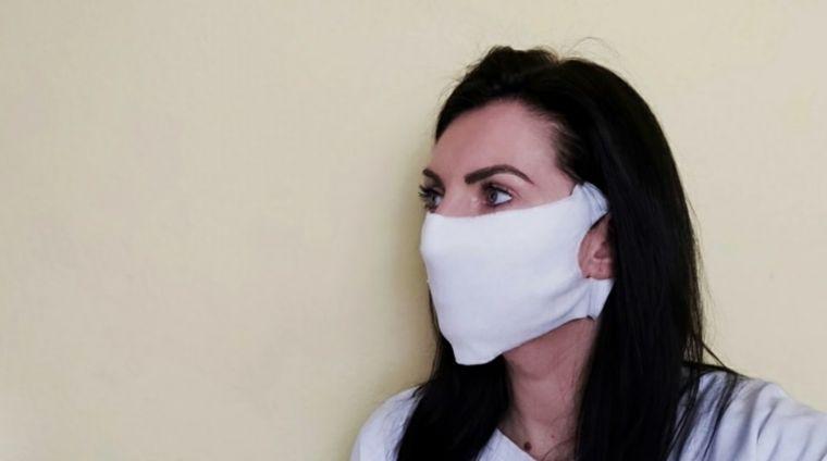 máscara protectora con toallas humedas