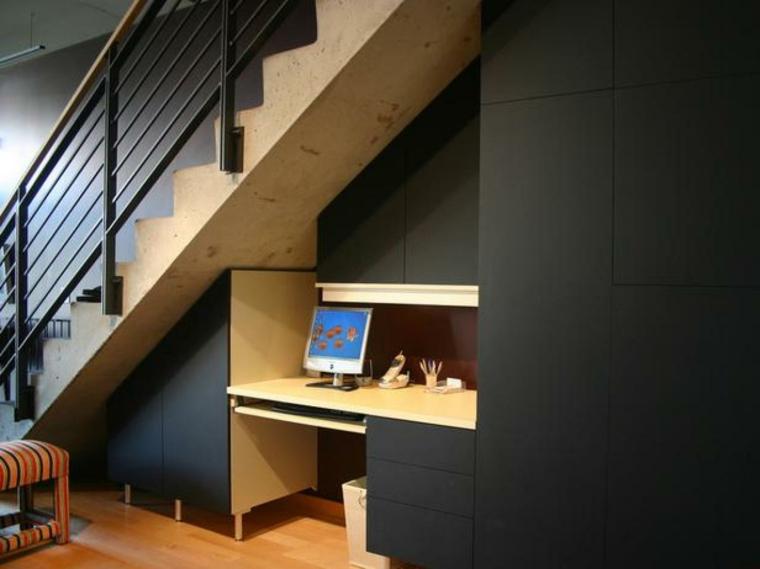 bajo-escalera-oficina--lugar-reducido
