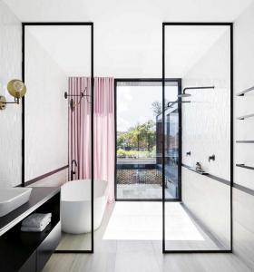 bano-ducha-a-ras-suelo-separa-espaciod