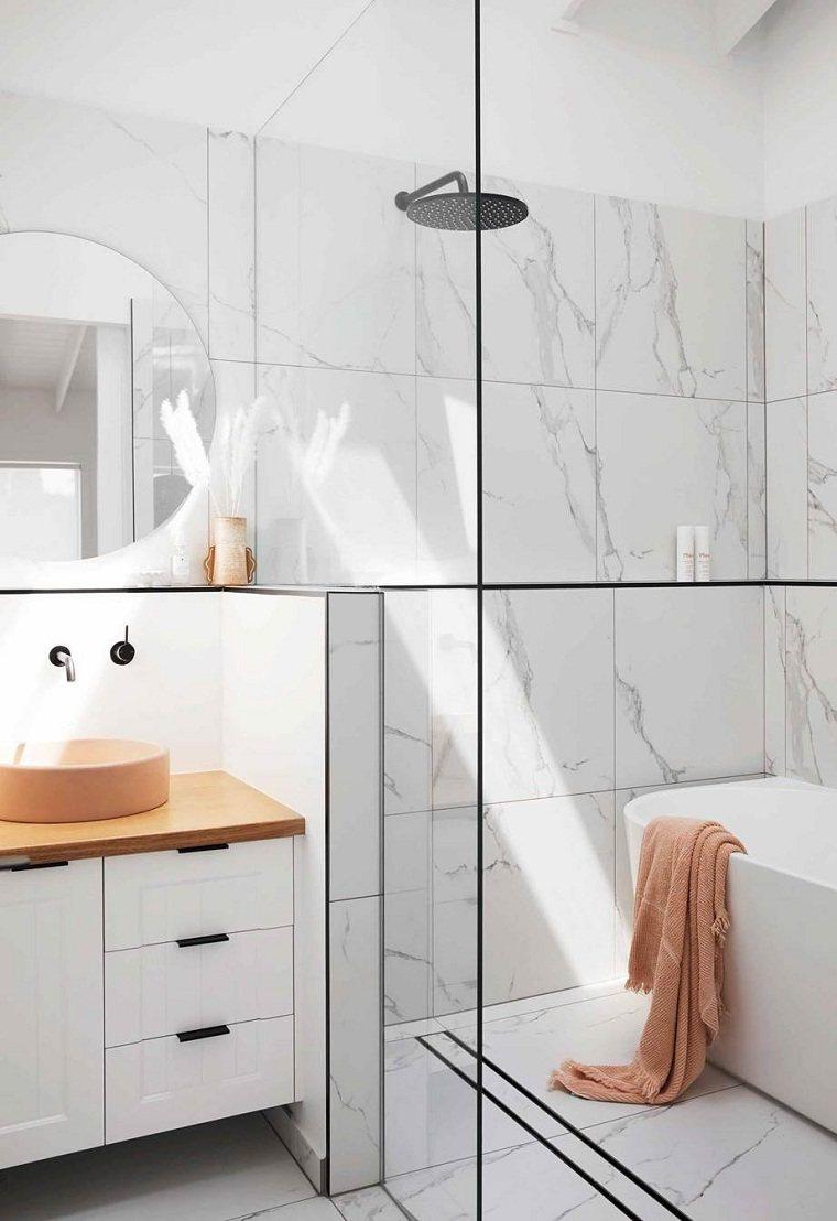 bano-ducha-paredes-losas-marmol