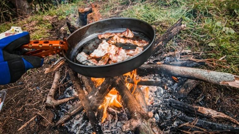 Para iniciar el fuego, coloque yesca en la parte superior del tronco y permita que algo caiga en las muescas. Luego coloque más yesca y leña encima del tronco y enciéndalo.