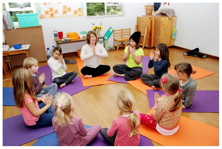 beneficios del yoga clase grupo