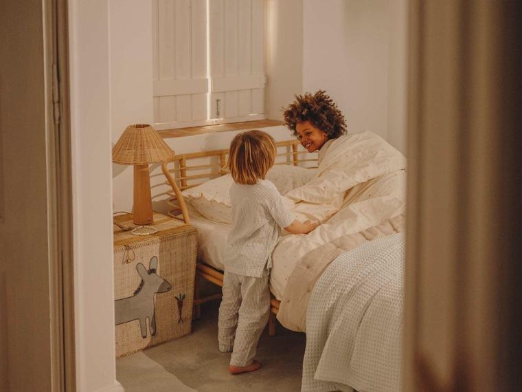 Lámpara infantil Zara Home con base de madera y pantalla de ratán