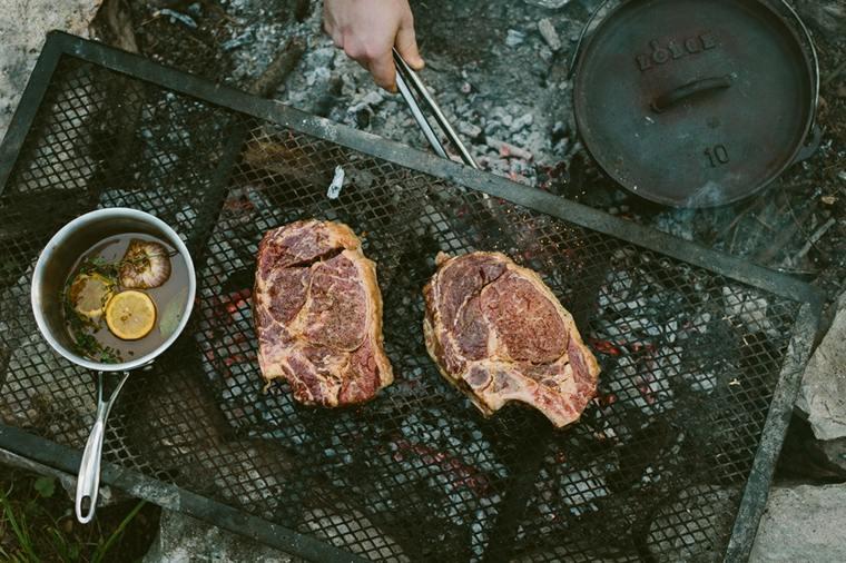 Su comida debe ser casi sin esfuerzo para cocinar, como bistec, tocino, salchichas, papas rojas picadas, huevos duros, verduras a la parrilla