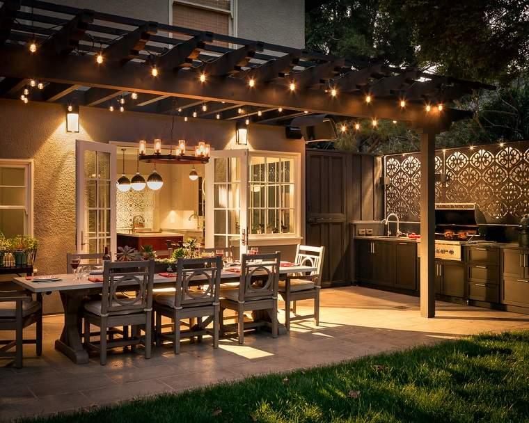 cocina-exterior-al-fresco-iluminacion