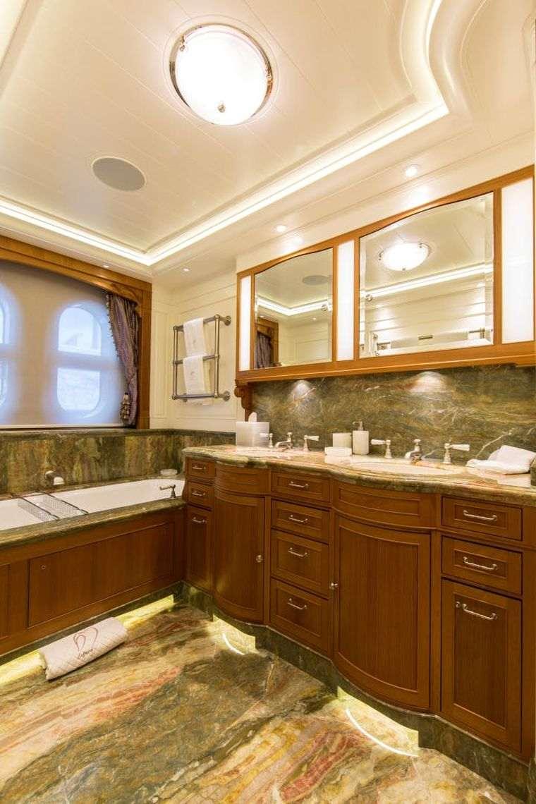 cuarto-de-bano-yate-lujo
