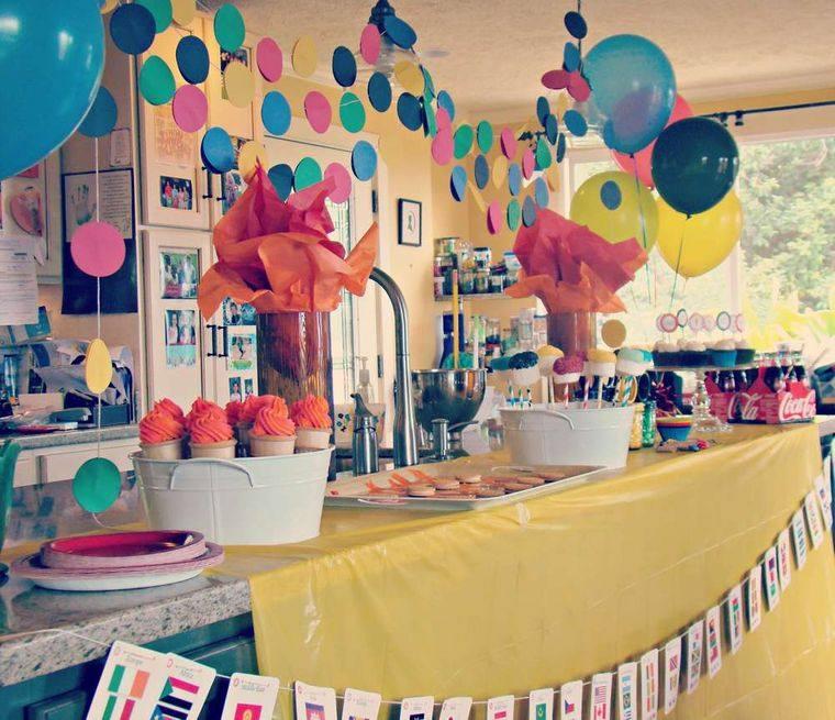 fiesta de cumpleaños con larga mesa