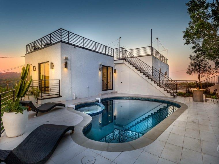 jardines con piscina forma-original-piscina-estilo
