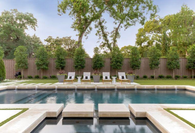 jardin-piscina-fuentes-tumbonas