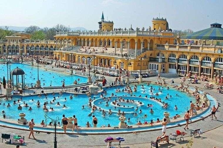piscina pública mucha gente