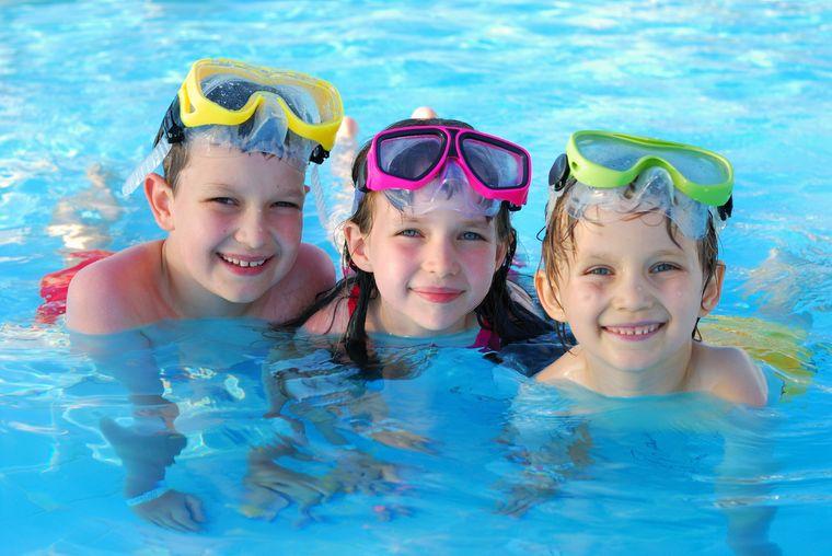 piscina pública niños juntos