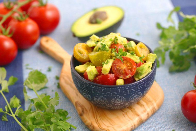 recetas para picnic-ensalada-aguacate-tomate-fresco