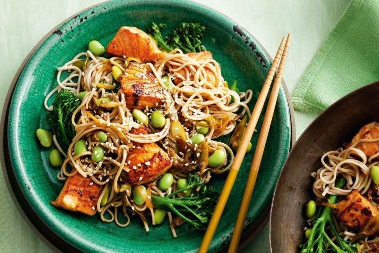 alimentación saludable salmon fideos