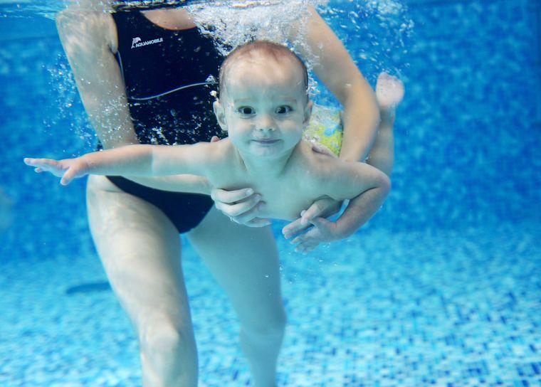 aprender a nadar bebe