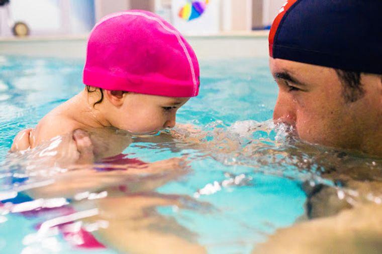 aprender a nadar con padres