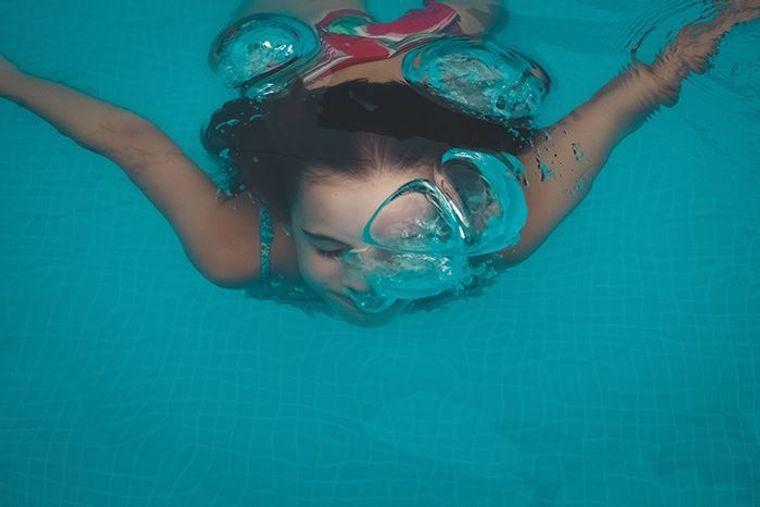 aprender a nadar debajo agua